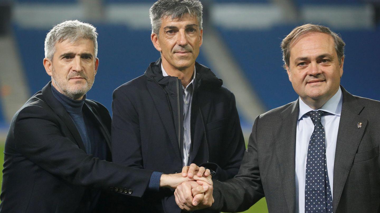 El presidente de la Real Sociedad, Jokin Aperribay, y el director deportivo, Roberto Olabe, durante la presentación de Imanol como nuevo entrenador. (EFE)