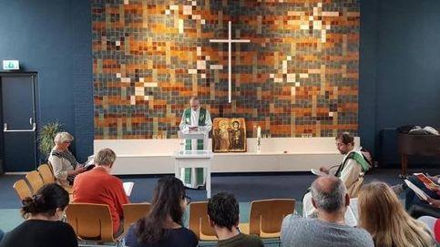 La iglesia que lleva un mes dando misa para proteger a una familia de refugiados