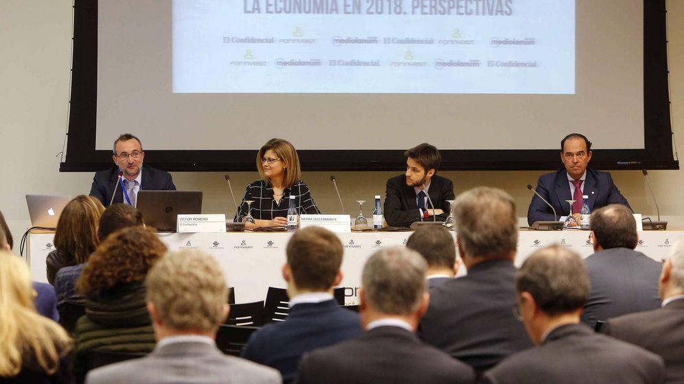 Foto: Mesa de perspectivas económicas de 2018 de Banco Mediolanum y El Confidencial en Forinvest. (Alberto Sáiz)