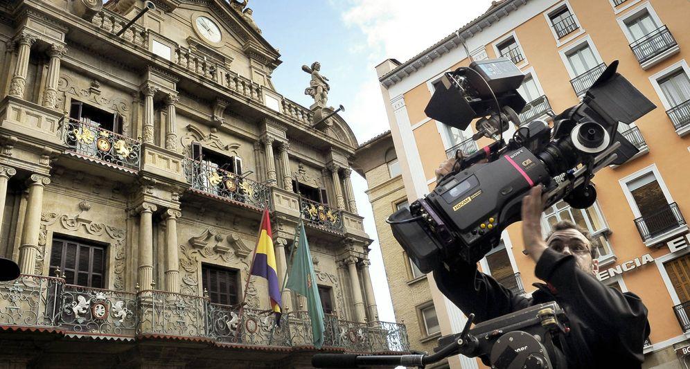 Foto: La bandera republicana ondea en el Ayuntamiento de Pamplona para el rodaje de una película. (EFE)