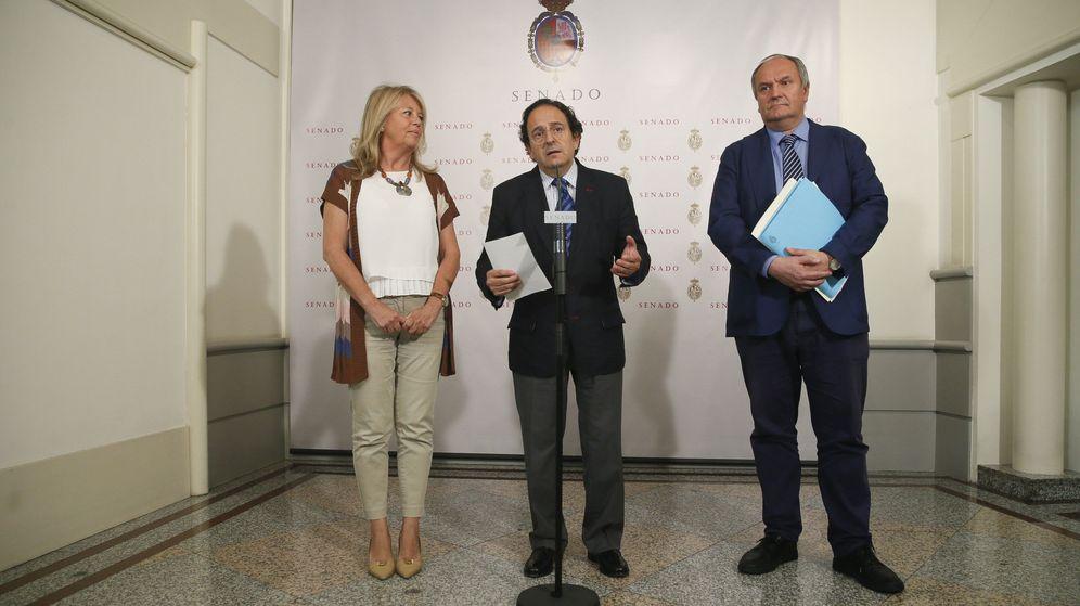 Foto: El portavoz del PP en la comisión, Luis Aznar, junto a la senadora Ángeles Muñoz Oriol y el senador Francisco Javier Fernández González. (EFE)