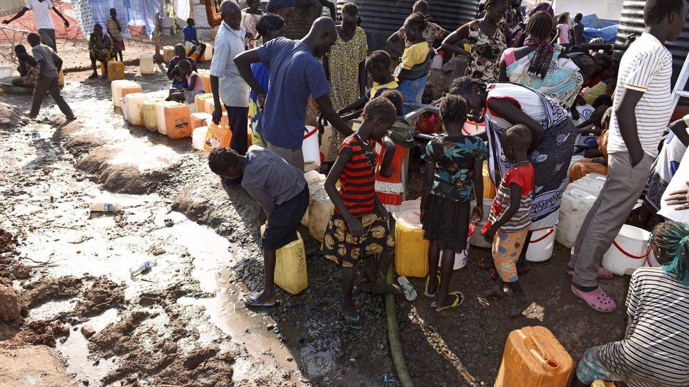 Foto: Decenas de personas hacen cola para coger provisiones de agua en un área de protección establecida por la misión de las Naciones Unidas en Sudán del Sur. (EFE)