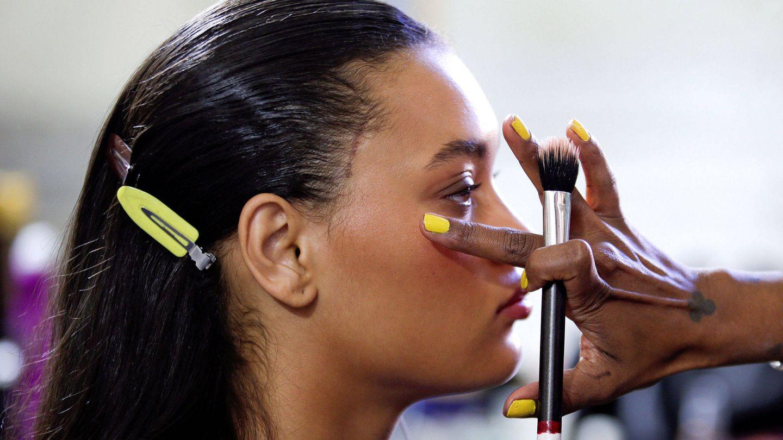 Las sombras de ojos en crema se pueden utilizar también como iluminador.  (Imaxtree)