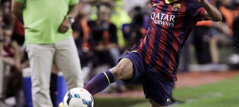 Foto: El azulgrana Pedro controla un balón ante la atenta mirada de Martino.