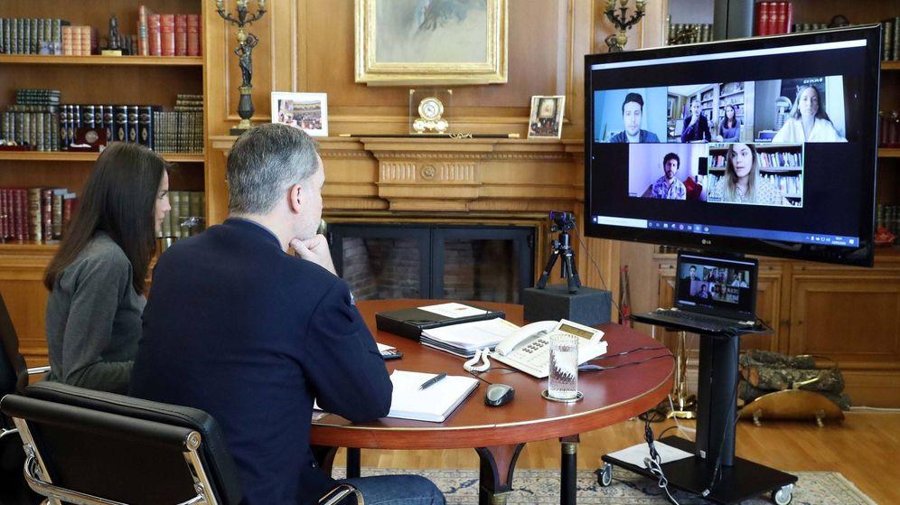 Foto: Los Reyes, junto a los creadores, en la reunión de este miércoles. (Casa Real)