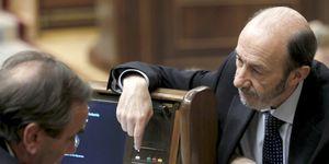 Rubalcaba dice que ETA miente en sus actas mientras el PP le exige que dimita