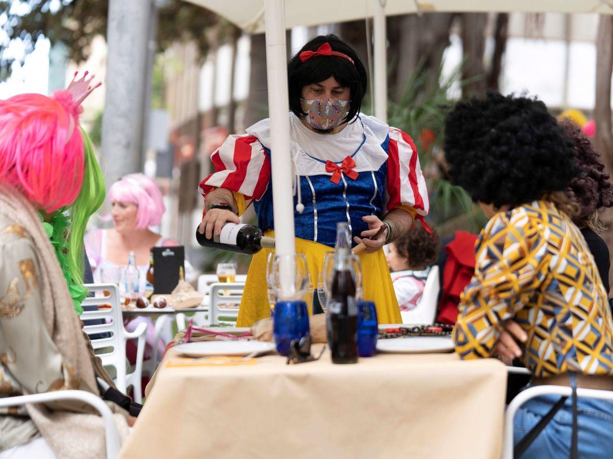 Foto: Personas disfrazadas en Santa Cruz de Tenerife el viernes de carnaval. (EFE)