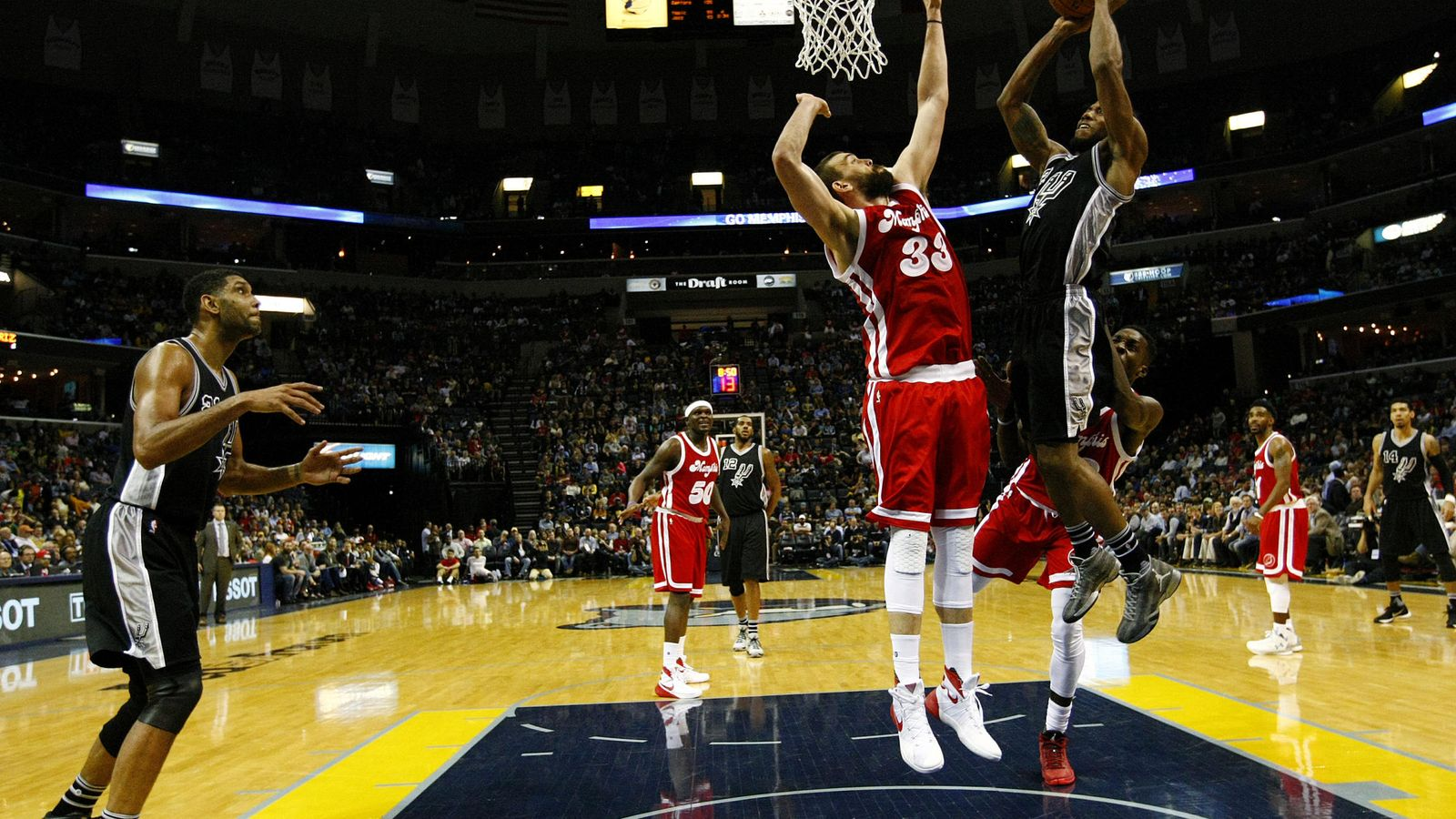 Foto: Marc Gasol no pudo con el juego interior de los Spurs (Efe).