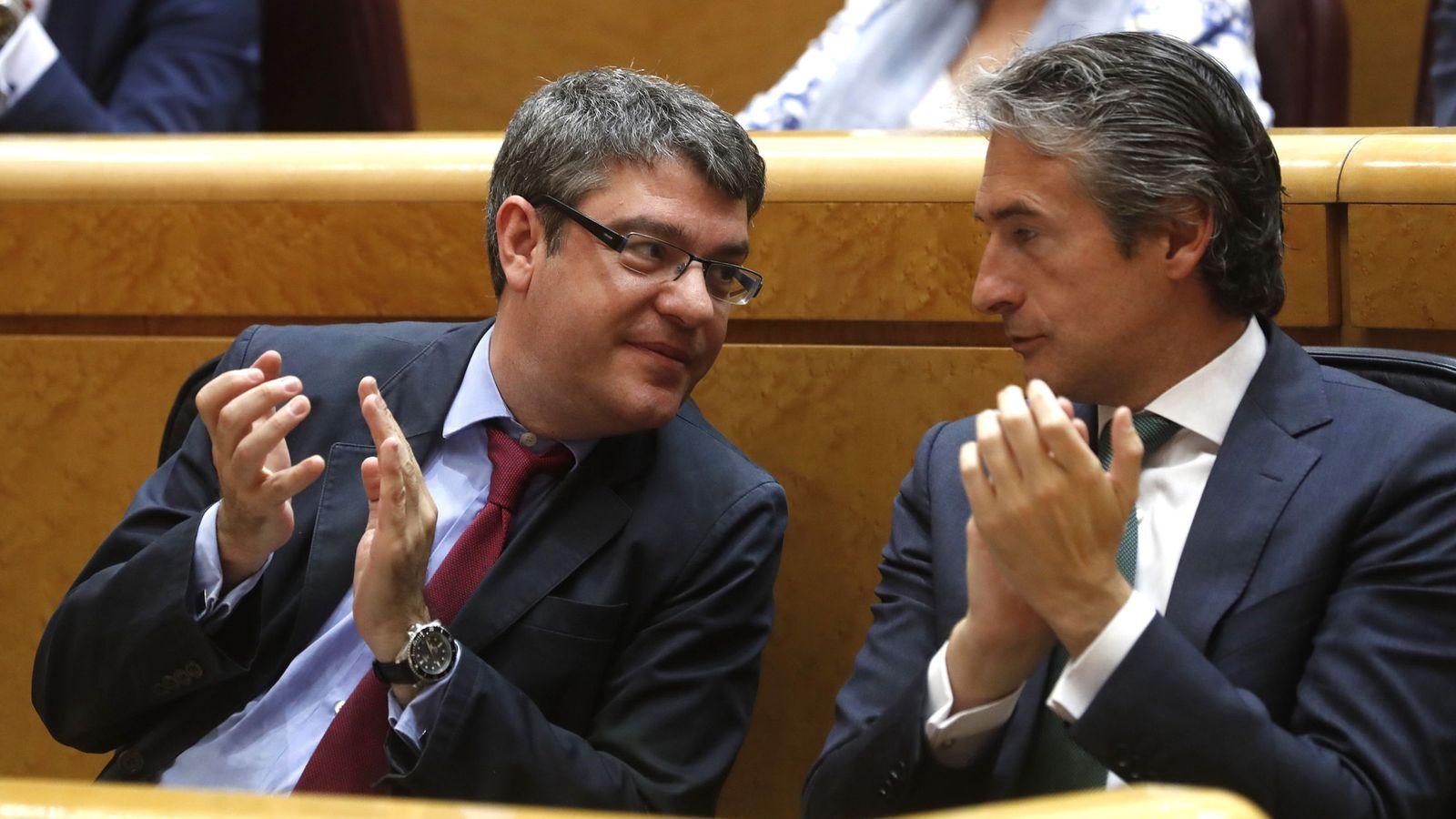 Foto: El ministro de Energía, Turismo y Agenda Digital, Álvaro Nadal (i), junto al ministro de Fomento, Íñigo de la Serna. (EFE)