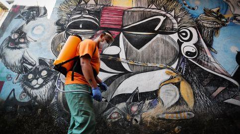 Desinfección en las favelas brasileñas y canciones en los tejados: el día en fotos