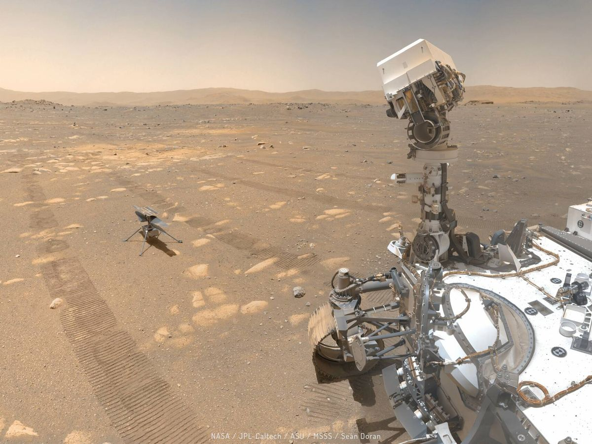 Foto: El Perseverance dejando detrás marcas de ruedas y su helicóptero (NASA/JPL)