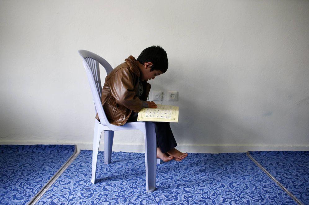Foto: Un niño uigur refugiado en Turquía lee el Corán en una casa de Kayseri. (Reuters)