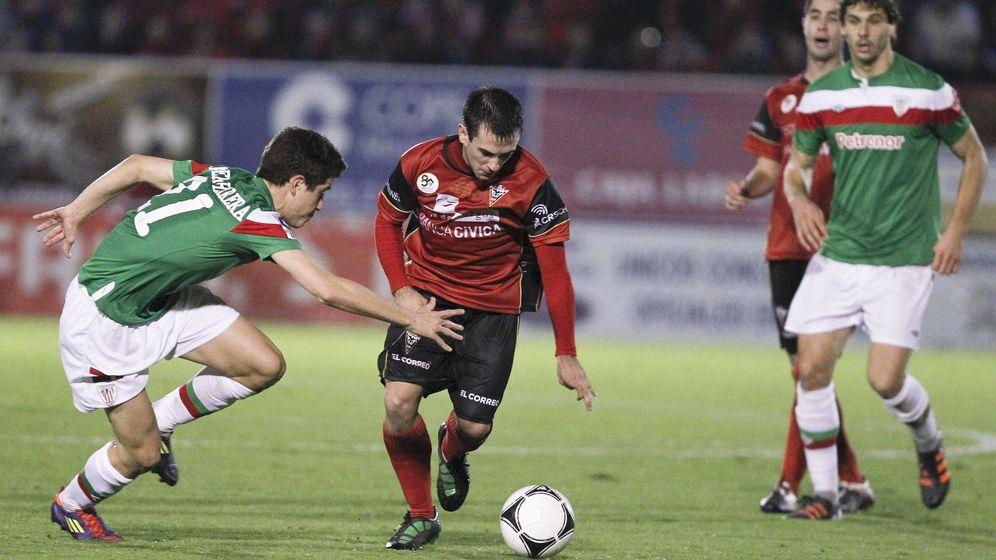 Foto: El centrocampista Antxón Muneta (2i), del Mirandés, controla el balón ante Ander Herrera en 2012.
