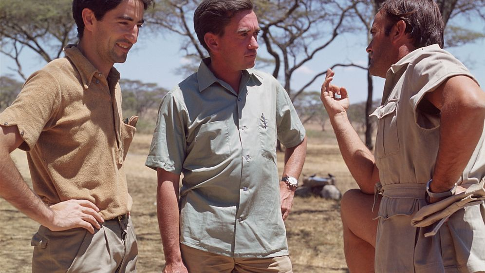 Foto: Jesús Mosterín, a la izquierda, junto a los naturalistas Hugo van Lawick y Félix Rodríguez de la Fuente, en 1969.