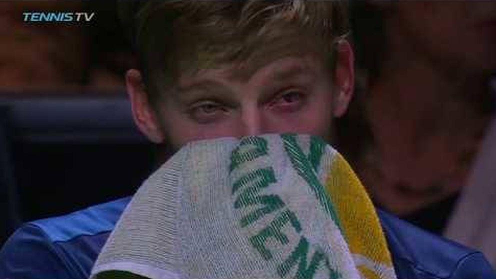 Goffin se pega así mismo un pelotazo en el ojo y tiene que retirarse