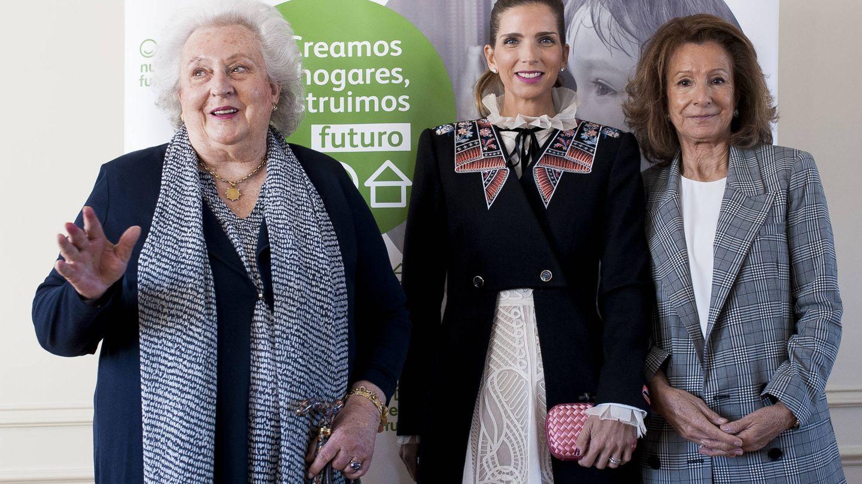Margarita junto a Pilar de Borbón y Pina Sánchez Errazuriz en la presentación del Rastrillo Nuevo Futuro 2017. (Gtres)