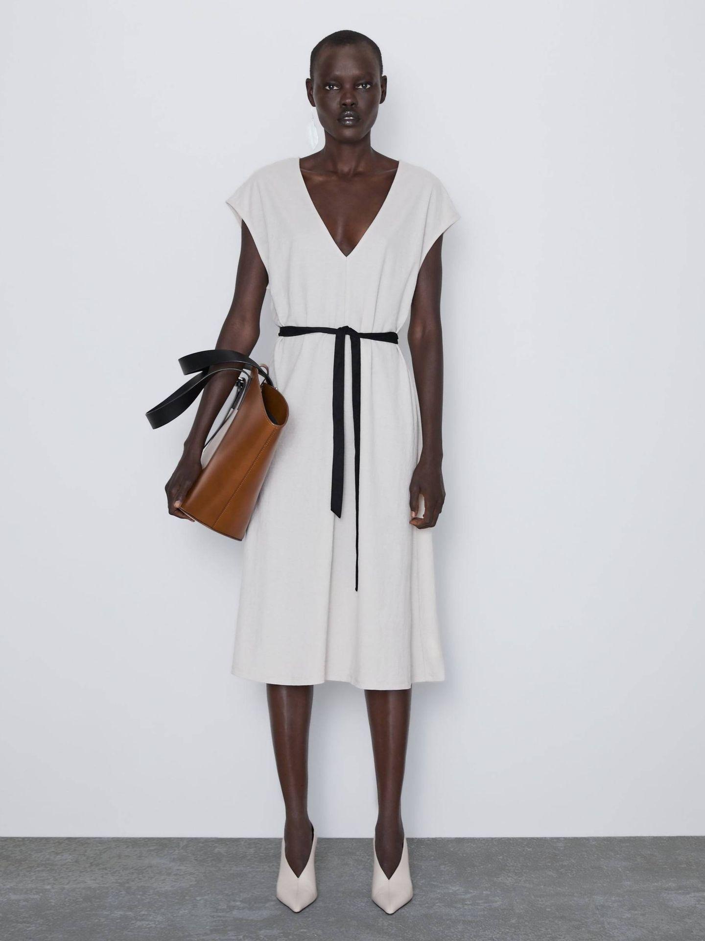 Vestido basic de Zara. (Cortesía)
