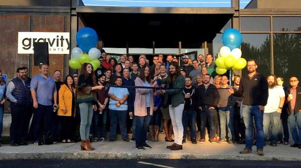 Foto: Dan Price y su equipo, durante la inauguración de sus nuevas oficinas en Idaho (Foto: Twitter)
