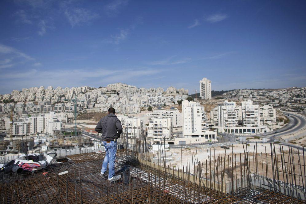 Foto: Un obrero en un edificio en construcción en el asentamiento de Har Homa, en Cisjordania. (Reuters)