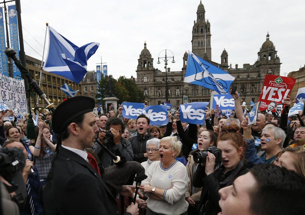 """Foto: Activistas por el """"sí"""" a la independencia se congregan en George Square, en Glasgow, Escocia, este 16 de septiembre. (Reuters)"""