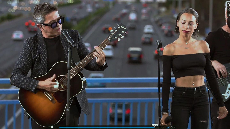 Alejandro Sanz, hace unos meses actuando sobre el puente que lleva el nombre de Corazón Partío. (EFE)