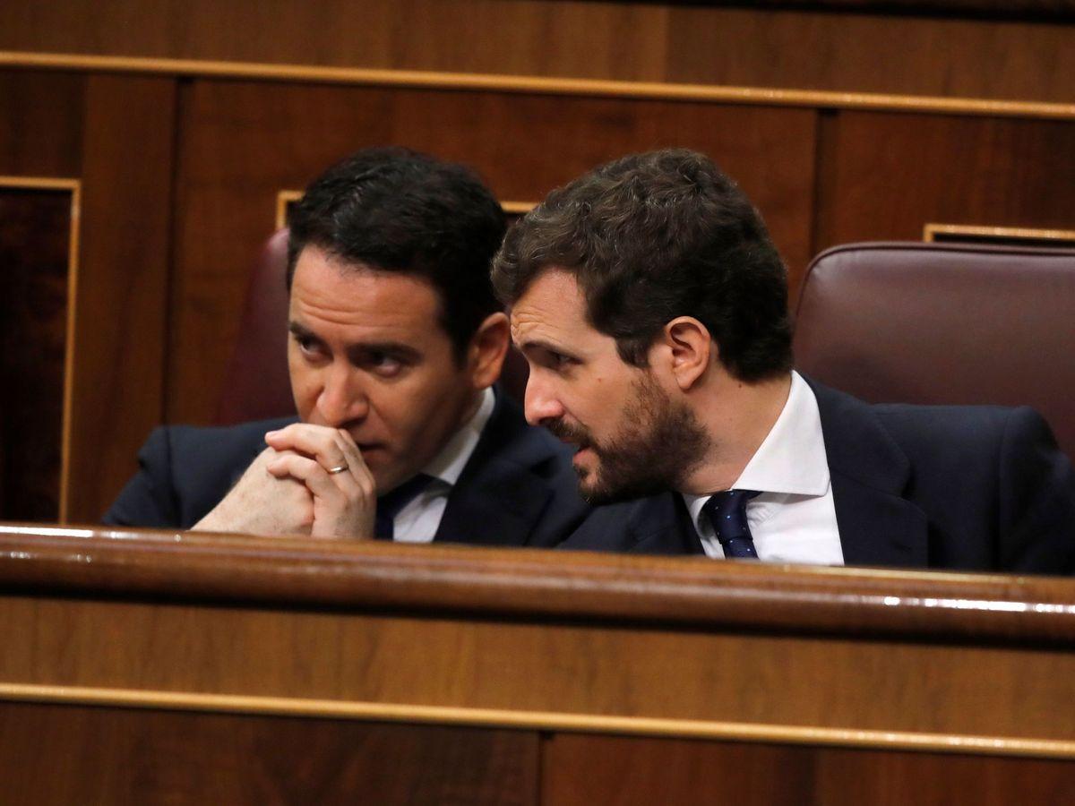 Foto: El líder del PP, Pablo Casado, (d) conversa con el secretario general del partido, Teodoro García Egea. (EFE)