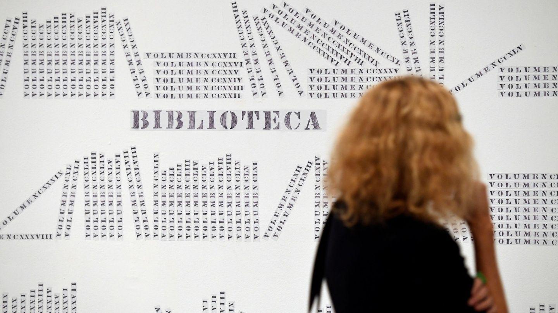 Una mujer observa una obra del artista uruguayo de origen alemán Luis Camnitzer durante la presentación de la exposición 'Hospicio de utopías fallidas' en el Museo Reina Sofía. (EFE)