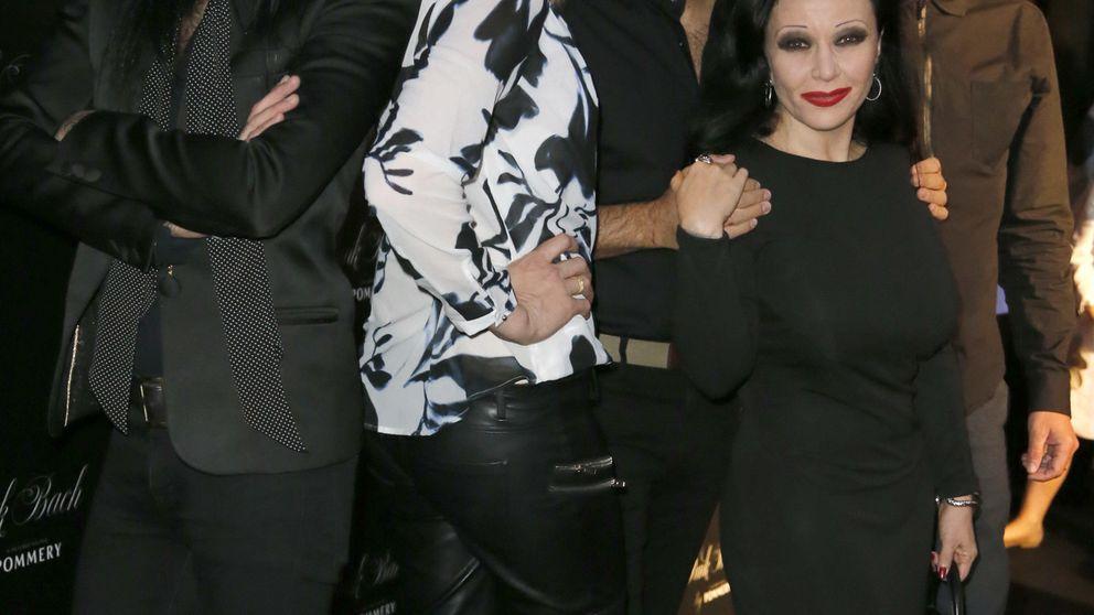 Cecilia Gómez arropa a su novio, Emiliano Suárez, en su puesta de largo