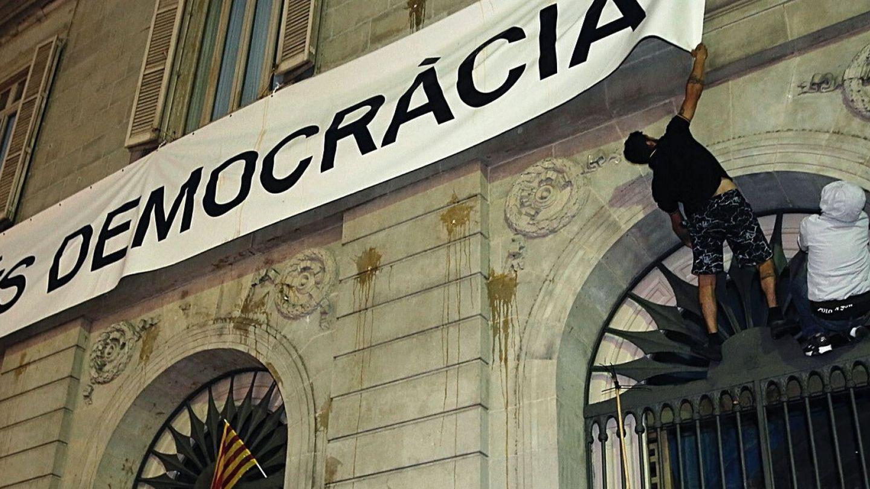 Cartel en Barcelona en el que se reclama más democracia. (EFE)