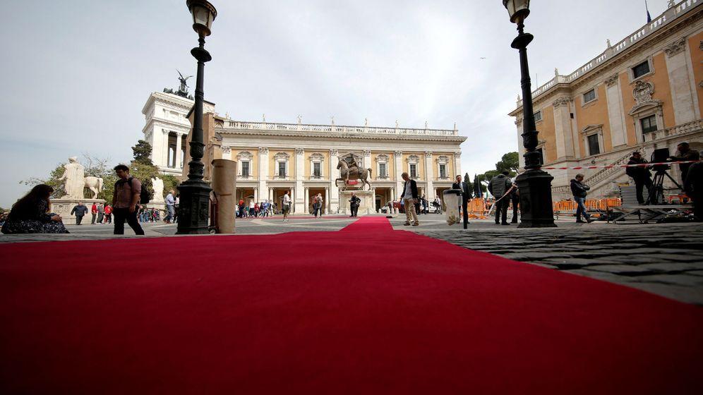 Foto: Trabajadores extienden una alfombra roja durante la preparación de la celebración del aniversario del Tratado de Roma en la capital italiana. (Reuters)