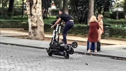 Cazado al circular por Sevilla montado sobre seis patinetes eléctricos a la vez