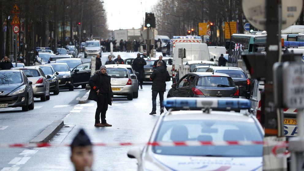 Abaten a un hombre en una comisaría de París, armado con un falso cinturón explosivo