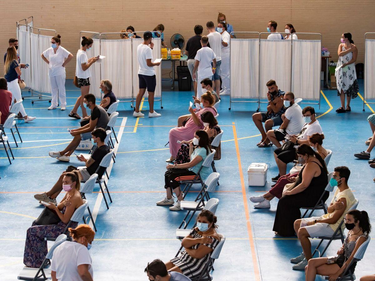 Foto: Varios jóvenes esperan tras recibir la vacuna en Espartinas, Sevilla. (EFE)