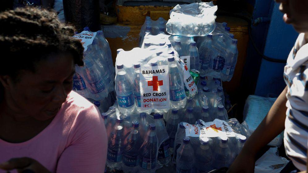 Foto: Los supervivientes de Bahamas reciben ayuda de la Cruz Roja. (Reuters)