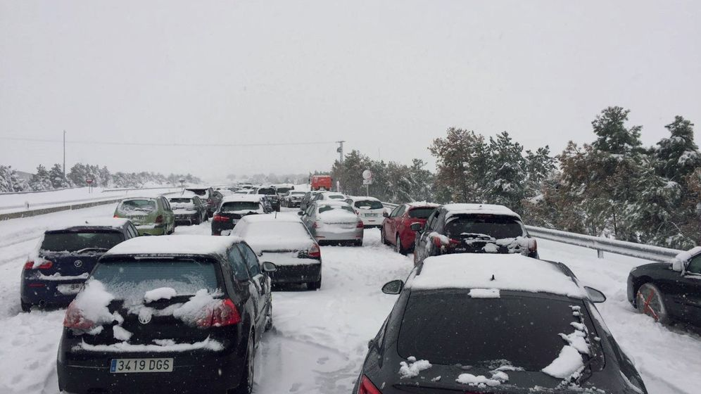 Foto: Familias atrapadas en sus coches por la nevada en la AP-6.(EFE)