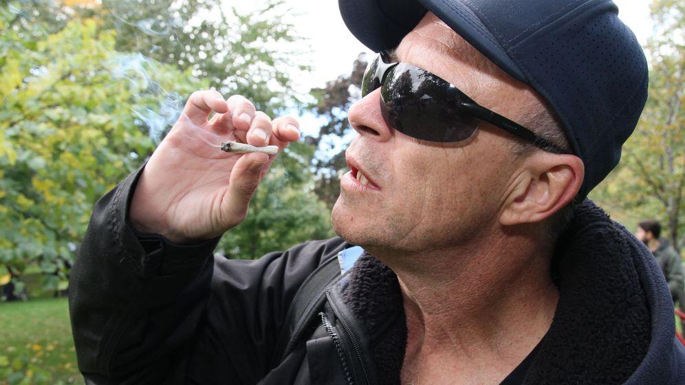 Foto: Una persona fumando marihuana. Foto: EFE Osvaldo Ponce