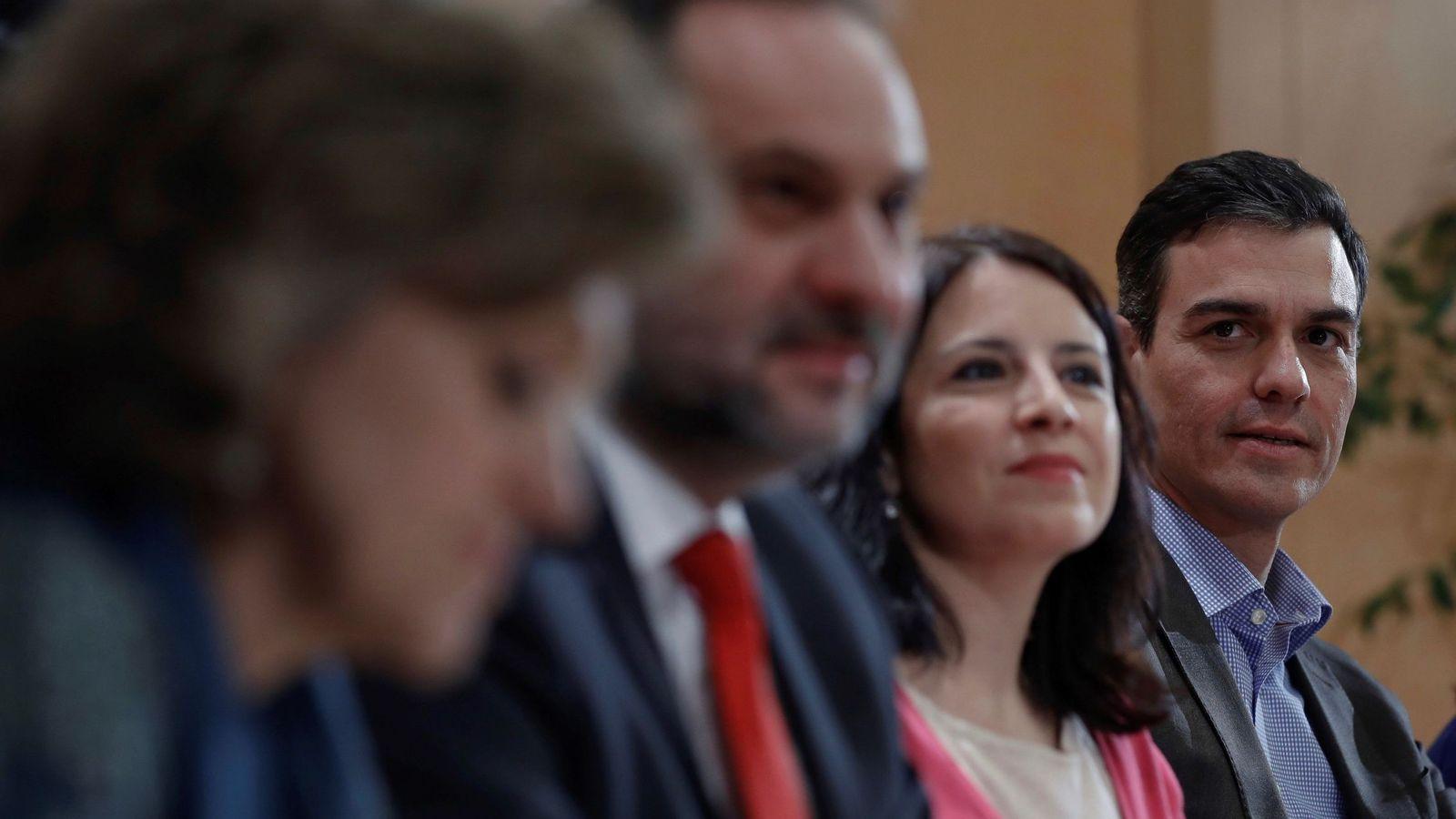 Foto: Pedro Sánchez, con Adriana Lastra y José Luis Ábalos, el pasado 30 de enero, en la reunión con la dirección del grupo en el Congreso. (EFE)