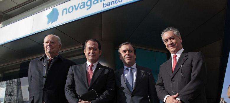 Foto: El presidente de Banesco (2i) visita las oficinas de Novagalicia Banco en A Coruña. (EFE)