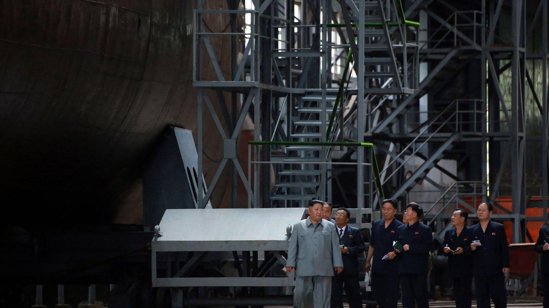 Kim Jong Un pasando revista al nuevo submarino. (EFE/KCNA)