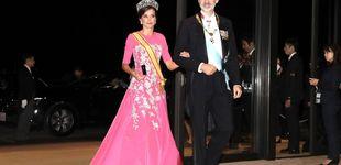 Post de De Felipe llevando el bolso de Letizia al abrazo con Masako: lo que no se vio de la entronización de Japón