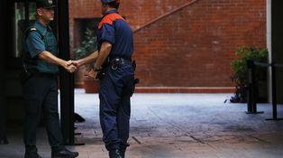 El gesto gentil de un mosso hacia un guardia civil