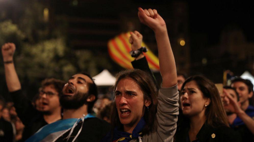 Foto: Gente a favor de la independencia puño en alto en Barcelona. (REUTERS)