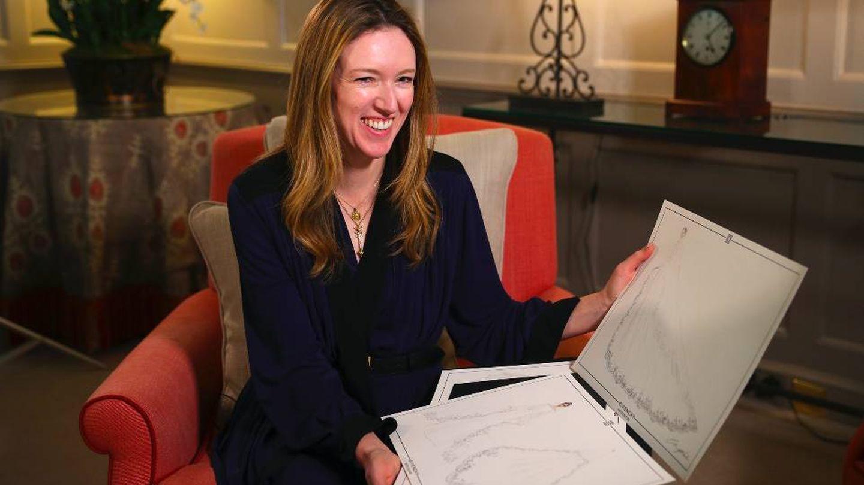 Clare Waight Keller muestra los bocetos del vestido de novia de Markle. (Getty)