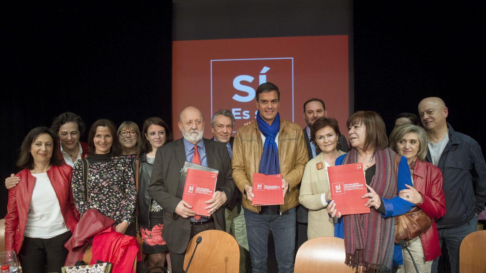Foto: Pedro Sánchez, en la presentación de su proyecto, con José Félix Tezanos, Manu Escudero, Carmen Calvo y Cristina Narbona, entre otros, el pasado 11 de mayo. (EFE)