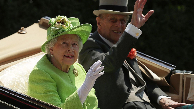 Isabel II de Inglaterra y el duque de Edimburgo en una imagen de archivo. (EFE)