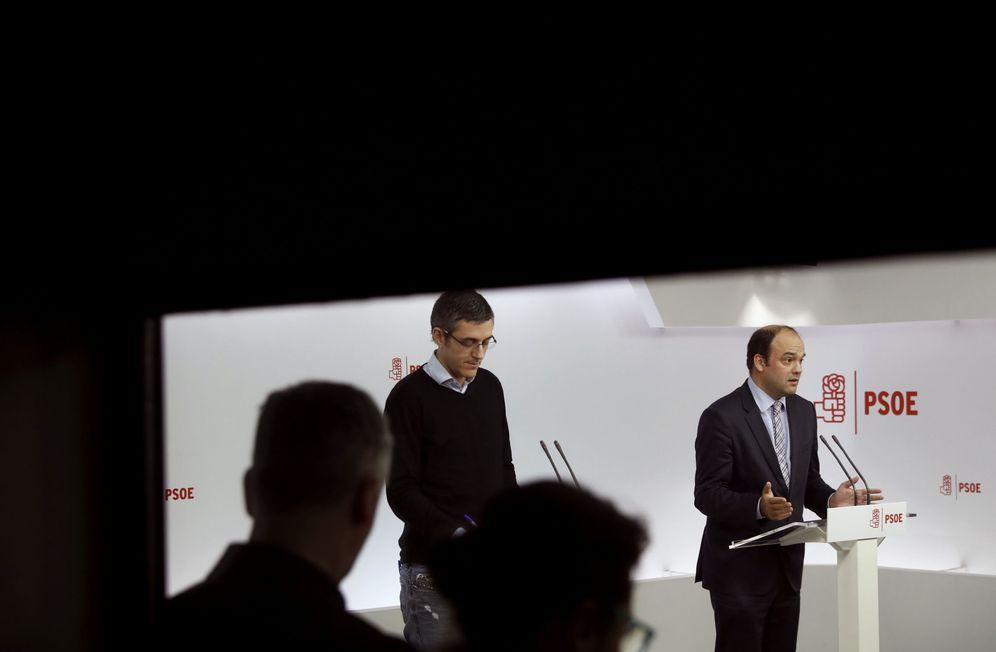 Foto: Edu Madina y José Carlos Díez, coordinadores de la parte política y económica de la ponencia marco del 39º Congreso del PSOE, este 27 de enero en Ferraz. (EFE)