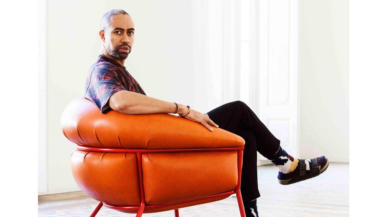 Foto: El diseñador Stephen Burks en un sillón de la nueva colección.