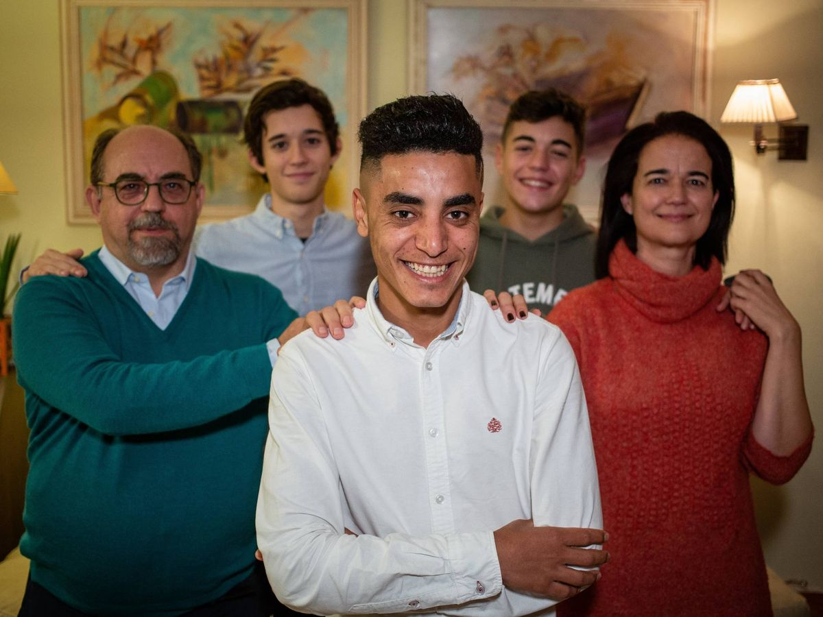 Foto: Driss, con toda la familia Fernández Calvo. (Fernando Ruso)