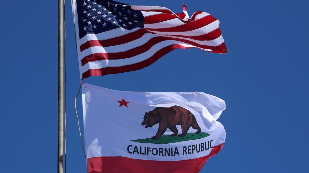 Foto: La bandera estadounidense y la californiana ondeando al viento. (Reuters)
