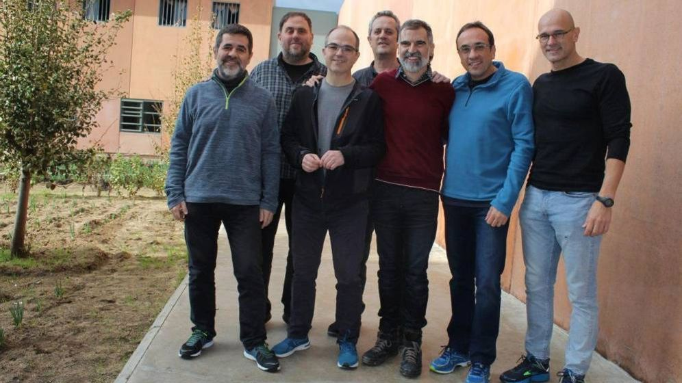 Foto: Los siete dirigentes independentistas presos en Lledoners (de izda. a dcha.): Jordi Sànchez, Oriol Junqueras, Jordi Turull, Joaquim Forn, Jordi Cuixart, Josep Rull y Raül Romeva. (EFE)